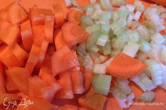 Пока тесто поднимается, займёмся начинкой. Морковь и картофель почистите. Нарежьте сельдерей, картофель и морковь небольшими кусочками.