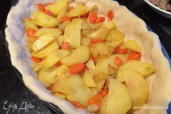 Духовку разогрейте до 180°C. Заполните форму с тестом: равномерно распределите овощную начинку, немного посолите и поперчите.