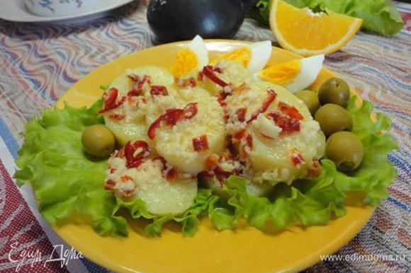 Подавать на листьях салата с кусочками вареного яйца и оливками.