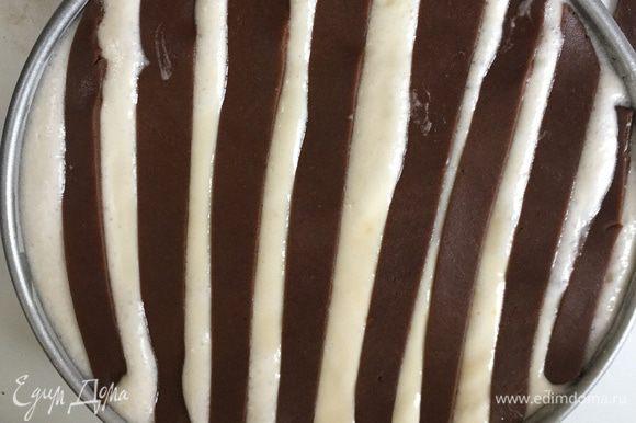 Выливаем нашу творожную массу на испеченный пряничный корж. Я взяла форму для тарта и немного прогадала, т.к. она слишком низкая. Пришлось часть теста вылить в керамическую форму. Укладываем наши пряничные полосочки.