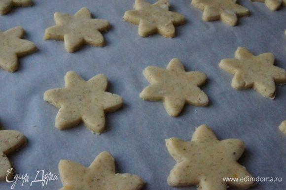 На припыленном мукой столе раскатать тесто не тонко, толщиной около 0,8 см. Перенести печенье на бумагу для выпечки и поставить в разогретую до 180°С духовку на 10-12 минут. Печенье должно слегка зарумяниться.
