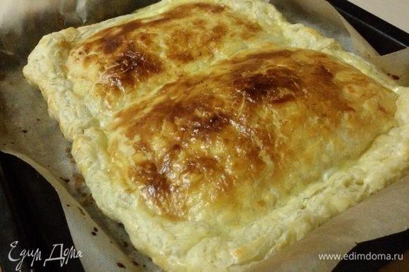 Разогреть духовку до 200°С. Поставить противень с пирогом в духовку. Убавить температуру до 190°С и выпекать пирог 20-25 минут до золотистой корочки.