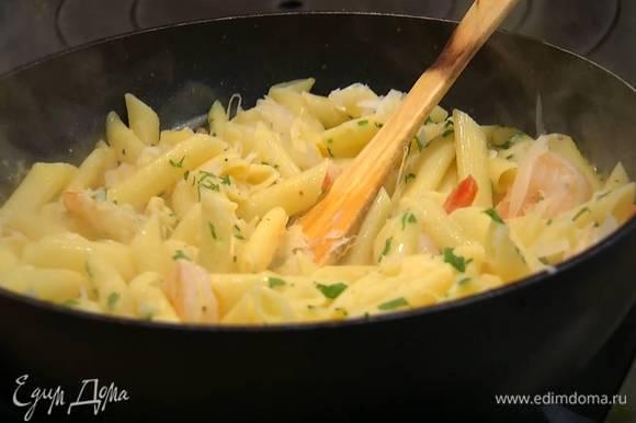 Снять сковороду с пастой с огня, посыпать сыром и петрушкой и все перемешать.