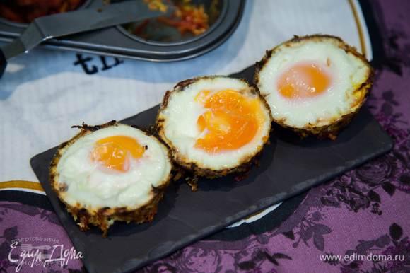 Овощные чашечки с яйцом готовы.