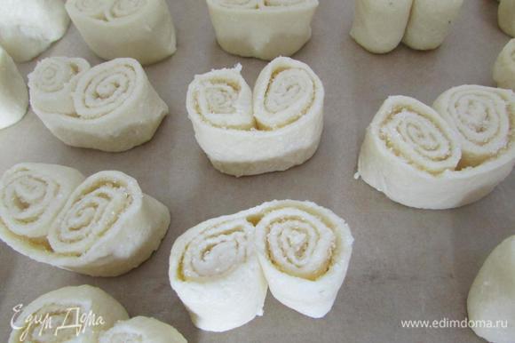 Выложить их на ребро, на слегка смазанный маслом противень или на пекарскую бумагу. Можно придать им форму сердечек, для этого низ слегка вытянуть. Выпекать творожное печенье, в разогретой до 200°C духовке, минут 15-20. Остудить на решётке.