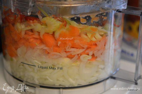 Порезать тонко лук, сладкий перец, морковь, сельдерей, чеснок.
