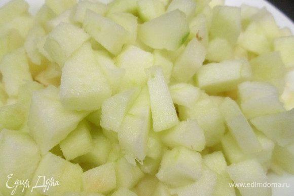 Яблоки очистить и мелко нарезать. Изюм замочить в коньяке, а лучше роме (я изюм не использовала).