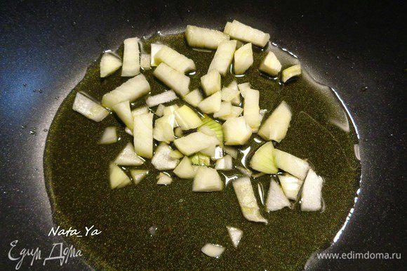 Половинку луковицы порежем и отправим в казан с оливковым маслом.