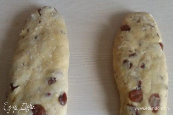 Сформировать из теста 2 плоские колбаски.