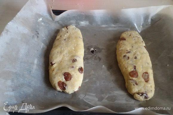 Противень выстелить бумагой для выпечки, смазанной сливочным маслом. Выложить на него колбаски из теста. Духовку разогреть до 190°С. Поставить в разогретую духовку противень и выпекать колбаски 25-30 минут до зарумянивания.