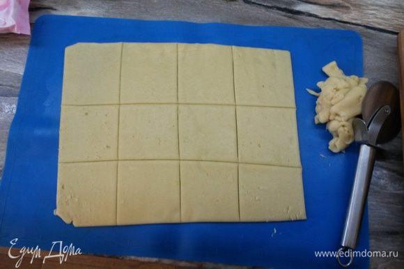 Раскатываем тесто в пласт, нарезаем на квадраты со стороной 6 см.