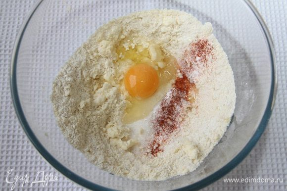 Добавить яйцо, сахар, разрыхлитель, соль и перец.