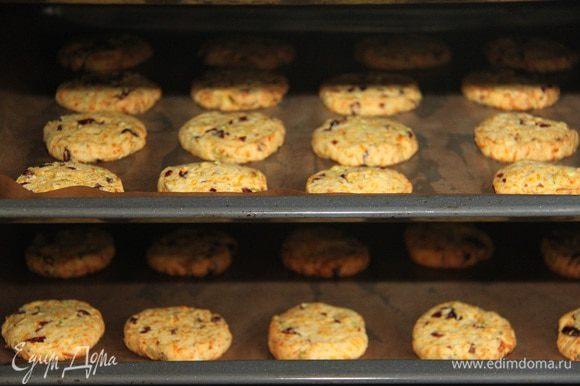 Выпекать при 180°C 10-12 минут. Дать печенью остыть на решётке.