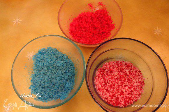 Вначале приготовим цветной сахар, желательно это делать накануне выпечки. В идеале нужно взять обычный и крупный сахар. Добавить красный и синий краситель до желаемого цвета и хорошо перемешать. Когда сахар подсохнет, перемешать его снова, т.к. в процессе высыхания он склеится. У меня получился красный и синий из обычного сахара, и розовый с вкраплениями из крупного сахара (хотя я использовала тот же красный краситель).