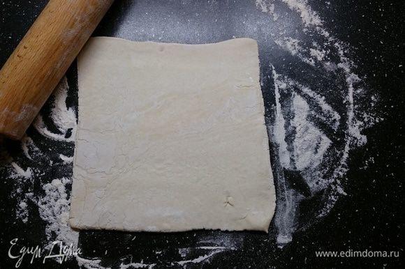 Слоеное тесто разморозить при комнатной температуре. Подпылив стол мукой, чтобы тесто не прилипало, немного раскатать пласт.
