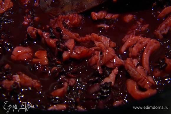 Форель нарезать маленькими кусочками, добавить к готовому рису, выключить огонь и все перемешать.