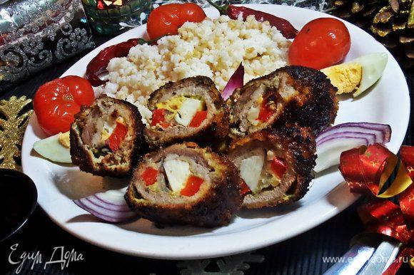 С помощью вилки и ножа разрезаем рулетики на тарелке и так подаём с рисом и солёными помидорками!