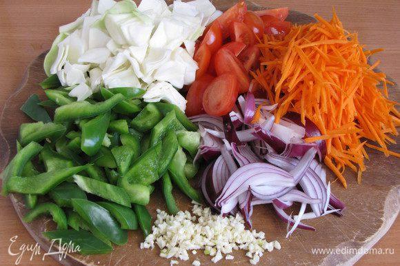 В это время подготовить овощи. Лук нарезать перьями, чеснок измельчить, морковь натереть на корейской терке. Болгарский перец капусту и помидоры нарезать довольно крупными кусочками.