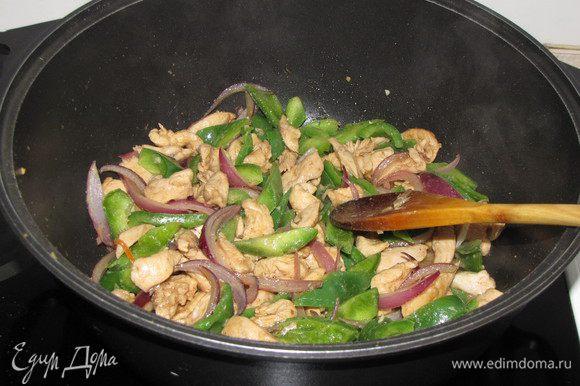 Добавить сладкий перец и, активно помешивая, жарить 1 мин.