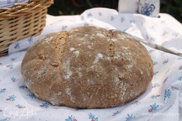 Если будет быстро темнеть — накрыть фольгой. Отключить духовку, приоткрыть дверцу и оставить хлеб еще на 5-10 минут. Полностью остудить на решетке.