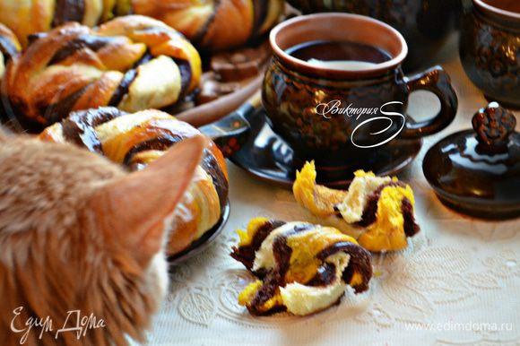 Подавайте булочки тёплыми к чаю или кофе. Можно и с молоком, это по вашему желанию. В нашей семье булочки понравились всем...ну абсолютно всем!)