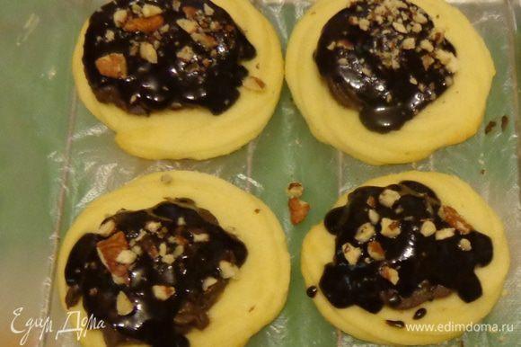 Тем временем сделать ганаш. Растопить шоколад со сливками и сливочным маслом. Охлажденные печенья обмакивать в ганаш. На холодном креме ганаш будет быстро застывать.