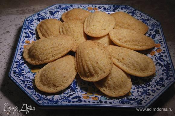 Готовое печенье остудить, затем вынуть из формочек.