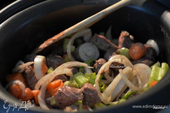Обжарить на оливковом масле чеснок примерно 1 минуту. Добавить затем мясо с мукой и обжаривать до коричневого цвета со всех сторон. Переложить все в медленноварку с овощами нарезанными.