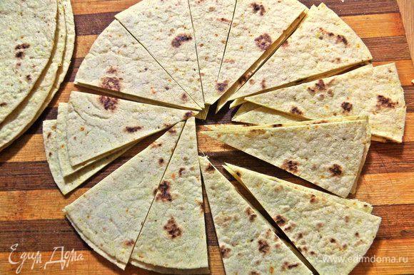 Нарежем с помощью ножа для пиццы на сегменты — так удобнее брать и кушать!