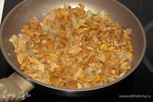 Для грибной начинки поджарить на сковороде мелко рубленный репчатый лук, добавить грибы и довести до готовности, помешивая. Посолить и поперчить. Грибы подойдут любые, на ваш вкус. У меня были замороженные отварные лисички.