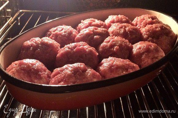 Разогреваем духовку до 250°C и помешаем наши котлеты для предварительной обжарки. На 10 минут.