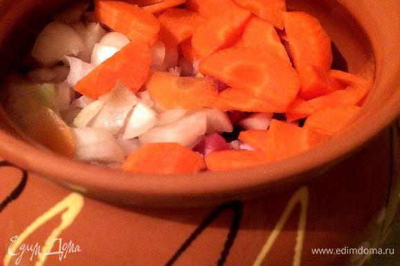Нарезаем и добавляем лук и морковь.
