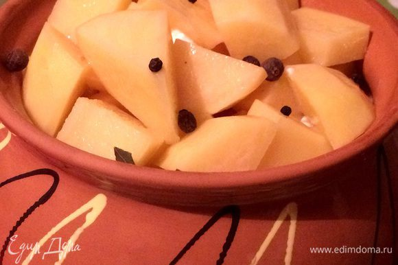 Следом картофель, солим и добавляем перец, лавровый лист. Заливаем бульоном или водой.