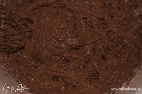 Смешать в отдельной посуде муку, какао и разрыхлитель. Вмешать мучную смесь в масляную.