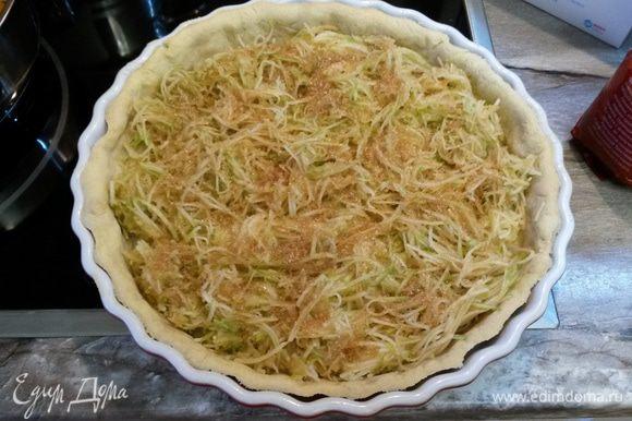 Натираем на крупной терке яблоки. Заранее это делать не нужно, иначе яблоки потемнеют и пустят сок. Я это делаю в последние 5 минут выпечки тарта без бобов. Выкладываем яблоки на основу, посыпаем коричневым сахаром. Выпекаем 10 минут при 190°С.