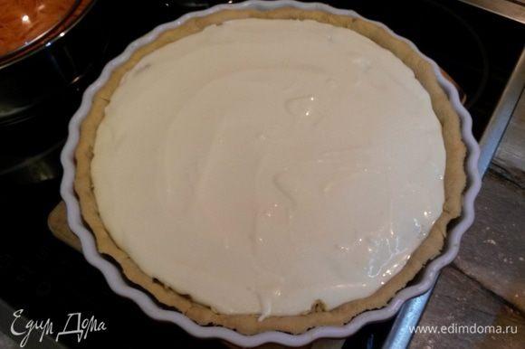 Выливаем творожную начинку на яблочную. Запекаем тарт до готовности творожного слоя 30-40 минут. За это время начинка должна схватиться.
