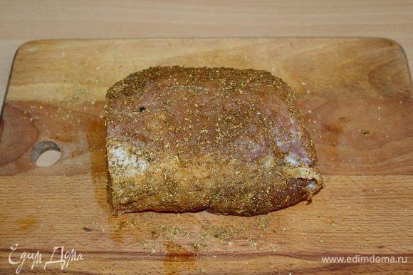 Кусок свинины щедро посолить и поперчить, добавить ваши любимые специи.