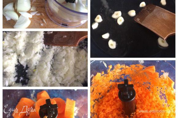 Готовим мясную начинку. Все очень приблизительно, как говорится на глаз. Для начала на сковородку с растительным маслом отправим две дольки чеснока, немного обжарим. Вынимаем и выбрасываем. Туда же отправляем нарезанный лук, я воспользовалась блендером (чтобы дети не ковыряли лук, морковку, болгарский перец), обжариваем и добавляем тертую морковку.
