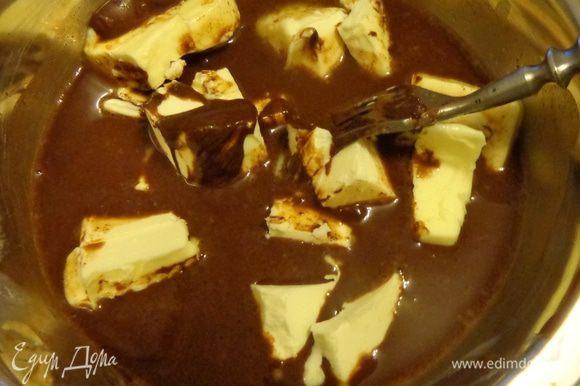 Расплавить шоколад и масло, добавить какао и хорошо размешать.