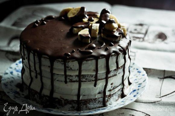 """Собираем торт. Если нам важен внешний вид торта, но для начала нужно обрезать бока у коржей, так они не только будут лучше смотреть на """"голом"""" торте, но и уберется лишняя корочка. Для этого можно взять съёмную форму с острыми краями немного меньшего диаметра, чем наши коржи, и обрезать ею. Или с помощью круглой тарелки — приложить к коржу и аккуратно ножом срезать лишнее. Далее прослаиваем коржи кремом, лучше делать это с помощью корнетика, так крем равномерно распределиться по всей поверхности. Верхний корж переворачиваем дном вверх и тоже слегка смазываем кремом. Также с помощью ножа обмазываем бока торта, чтобы заполнить все ямочки, но, чтобы была видна структура коржей. Сверху поливаем торт глазурью и украшаем по своему желанию. Торт готов, приятного аппетита :)"""
