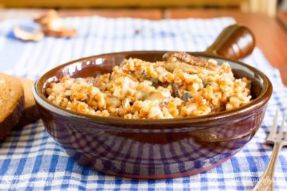 Сыр твердый натрите на мелкой терке. Гречотто посолите, добавьте сливки или сметану, и часть сыра и поддержите на огне еще 1-2 минуты. К горячему гречотто подавайте в отдельной посуде оставшуюся часть сыра.