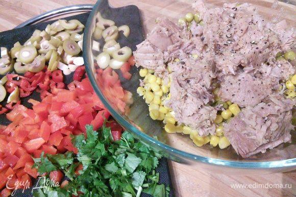 В миске смешать горошек, кукурузу, тунец. Добавить нарезанный кубиком перец болгарский, чили, оливки и кинзу. Посолить и поперчить по вкусу. Смешать с майонезом и лимонным соком. Кто майонез не употребляет, может его заменить таким соусом: смешать йогурт с горчицей, оливковым маслом, солью и перцем.