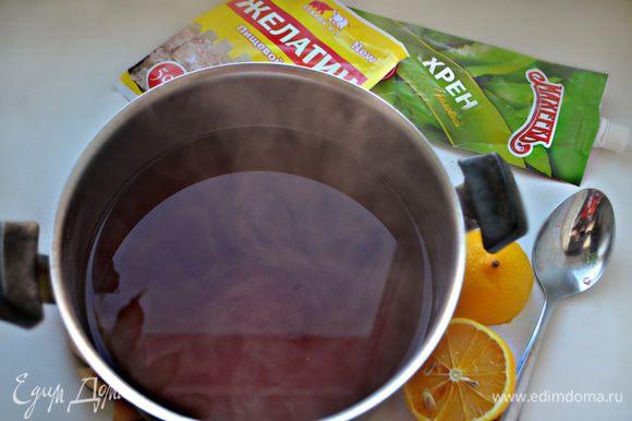 Залейте свеклу 1 литр холодной воды и варите на небольшом огне под плотно закрытой крышкой около 45 минут. Отвар процедите (сама свекла нам не понадобится). Добавьте лимонный сок и хрен, доведите отвар до кипения, снимите с огня и немного остудите.