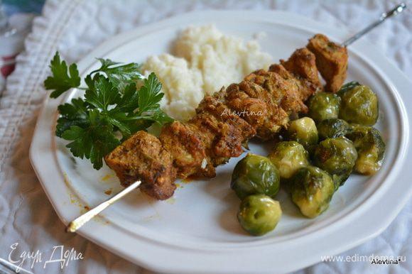 Подаем готовый кебаб с овощами и гарниром овощным по желанию. Приятного аппетита.