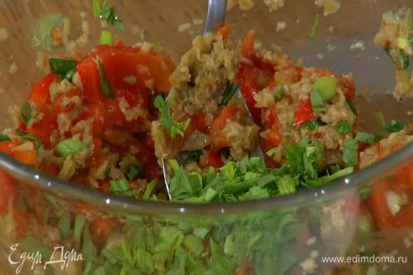 Перемешать сладкий перец с оливками и измельченной зеленью.
