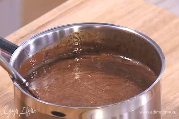 Растопленный шоколад со сливками снять с огня и, непрерывно перемешивая, влить яично-сахарную массу.