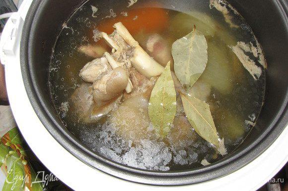 Готовить в режиме «суп» два часа. Затем добавить лавровый лист и готовить еще пол часа.