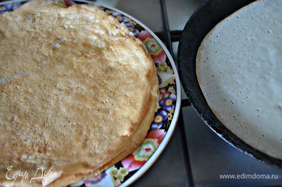 Жарьте блины на горячей сковороде, смазанной слегка растительным маслом обычным способом - с двух сторон до зарумянивания. Можете добавить сразу же 1 ст. л. растительного масла в блинную смесь и при выпекании уже не смазывать сковороду.