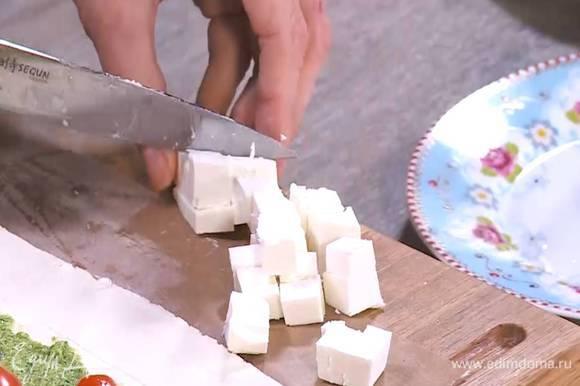 Фету нарезать небольшими кубиками.