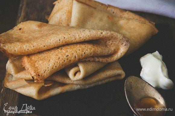 Выпекать на сковороде с каждой стороны до румяности, еще горячими смазать сливочным маслом. Подавать к столу! Приятного аппетита!